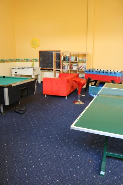 Neben den Gemeinschaftsräumen für die Wohngruppen stehen im YIL große Gemeinschaftsflächen allen BewohnerInnen zur Verfügung. Neben diesem Freizeitraum gibt es unter anderem einen Fitnessraum (Foto: Barbara Lersch).