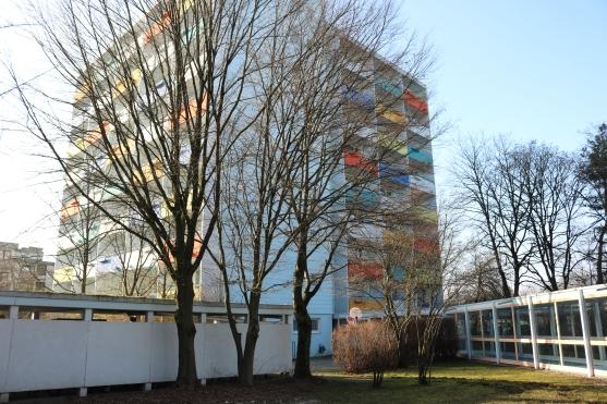 Das YIL erstreckt sich über zwei mehrstöckige Gebäude. Innerhalb der Gebäude sind die BewohnerInnen in sozialpädagogisch begleiteten Wohngruppen untergebracht. Ein großes Plus: jedes der Zimmer hat einen Balkon (Foto: Barbara Lersch).